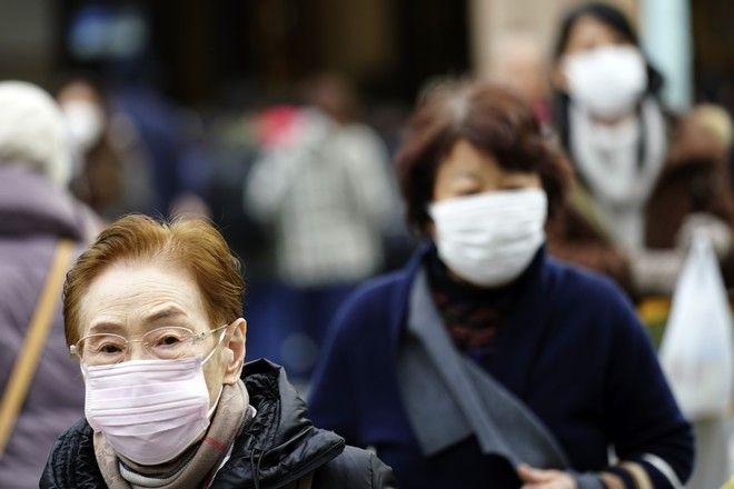 Περαστικοί με μάσκες στο Τόκιο μετά από θετικά κρούσματα στον νέο κορονοϊό