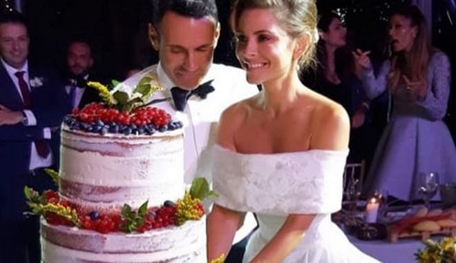Η Μαρία Μενούνιος και ο αγαπημένος της κόβουν την γαμήλια τούρτα