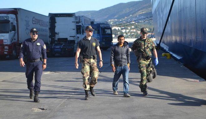 Αίσιο τέλος για τρεις μετανάστες που μπήκαν σε ψυκτικό θάλαμο φορτηγού
