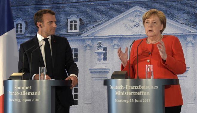 Η Γερμανίδα καγκελάριος Άνγκελα Μέρκελ και ο Γάλλος πρόεδρος Εμμανουέλ Μακρόν κατά την κοινή συνέντευξη τύπου μετά τη συνάντηση στο Meseberg, βόρεια του Βερολίνου