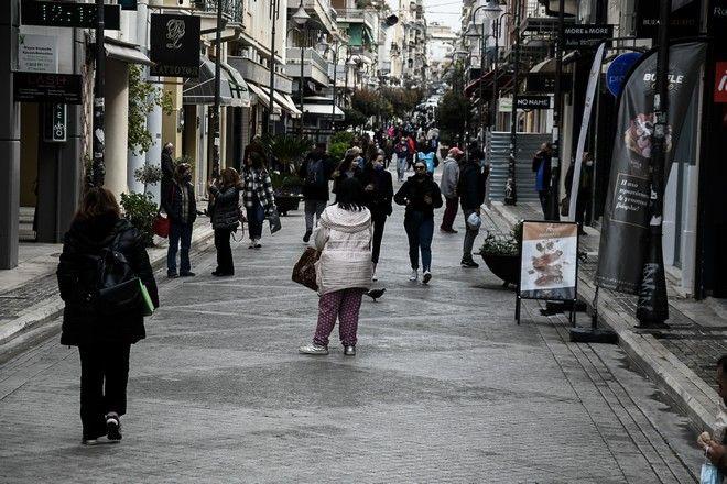 Στιγμιότυπο από την αγορά της Πάτρας την Δευτέρα 5 Απριλίου 2021.
