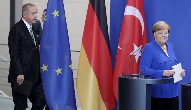 Η Γερμανίδα καγκελάριος Άνγκελα Μέρκελ και ο Τούρκος πρόεδρος Ρετζέπ Ταγίπ Ερντογάν στην κοινή συνέντευξη Τύπου στο Βερολίνο