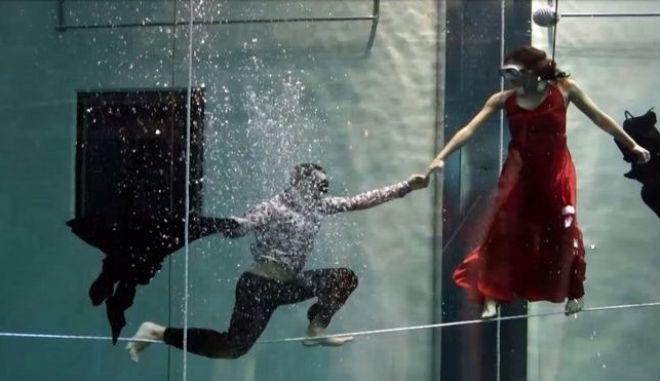 Έσπασαν παγκόσμιο ρεκόρ παλεύοντας με σπαθιά μέσα σε ενυδρείο