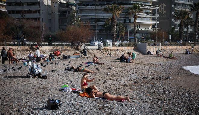 Ο ηλιόλουστος καιρός και η υψηλή για την εποχή θερμοκρασία, οδήγησε τους κατοίκους της πόλης στην θάλασσα.Για βόλτα ή για μπάνιο, στιγμιότυπα από την παραλία του Φλοίσβου, Σάββατο 9 Ιανουαρίου 2021 (ΣΩΤΗΡΗΣ ΔΗΜΗΤΡΟΠΟΥΛΟΣ/EUROKINISSI)
