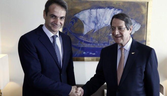 Ο πρόεδρος της Νέας Δημοκρατίας, Κυριάκος Μητσοτάκης(α) σε χειραψία με τον πρόεδρο της Κυπριακής Δημοκρατίας, Νίκο Αναστασιάδη(δ) κατα την διάρκεια της συνάντησής τους, την Πέμπτη 23 Νοεμβρίου 2017. (EUROKINISSI/ΓΙΩΡΓΟΣ ΚΟΝΤΑΡΙΝΗΣ)