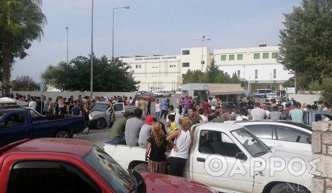 Συγγενείς και φίλοι του θύματος έξω από το νοσοκομείο της Καλαμάτας