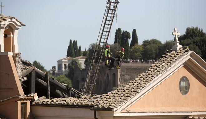 Πυροσβέστες επιθεωρούν τη ζημιά στην εκκλησία του Αγίου Ιωσήφ του Ξυλουργού