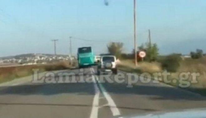 Απίστευτη ανευθυνότητα: Οδηγός του ΚΤΕΛ κάνει επικίνδυνες προσπεράσεις στο αντίθετο ρεύμα κυκλοφορίας