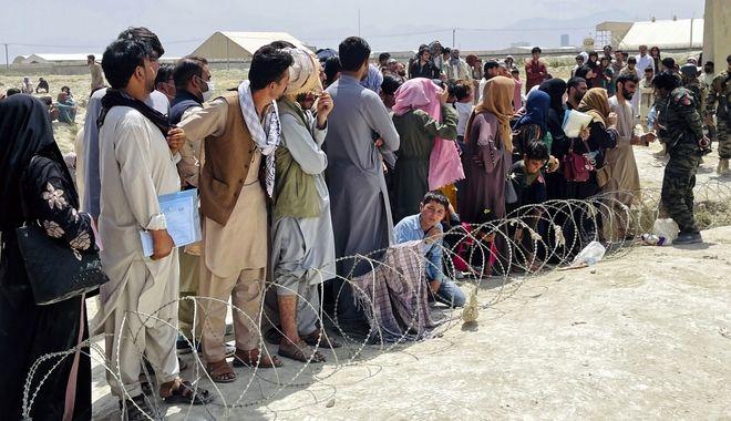 Εκατοντάδες Αφγανοί πολίτες συγκεντρώνονται έξω από το διεθνές αεροδρόμιο της Καμπούλ, στο Αφγανιστάν.