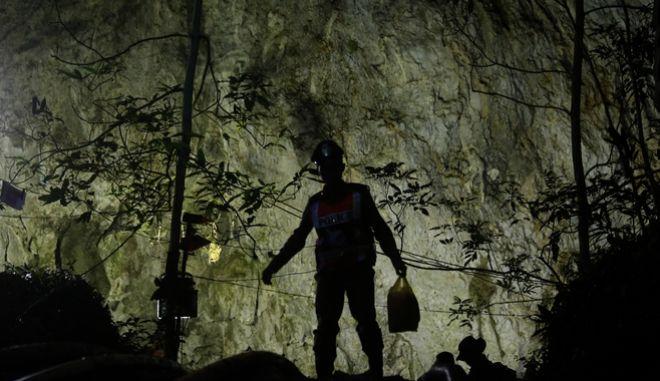 Ζωντανοί βρέθηκαν τα παιδιά και ο προπονητής που είχαν χαθεί σε σπήλαιο