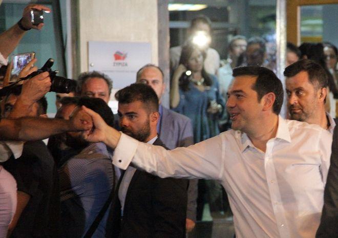 Ο πρόεδρος του ΣΥΡΙΖΑ Αλέξης Τσίπρας αποχωρεί από τα γραφεία του κόμματος στην πλατεία Κουμουνδούρου την Κυριακή 20 Σεπτεμβρίου 2015. (EUROKINISSI/ΓΙΑΝΝΗΣ ΠΑΝΑΓΟΠΟΥΛΟΣ)