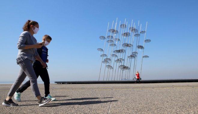 Άνθρωποι περπατούν στην παραλία της Θεσσαλονίκης