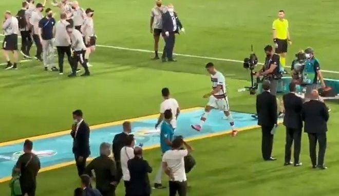 Euro 2020: Ο Κριστιάνο Ρονάλντο πέταξε και κλότσησε το περιβραχιόνιο