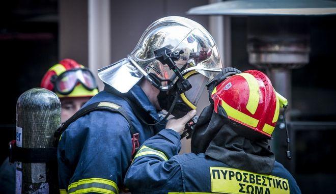 Πυροσβέστες επιχειρούν για την κατάσβεση πυρκαγιάς
