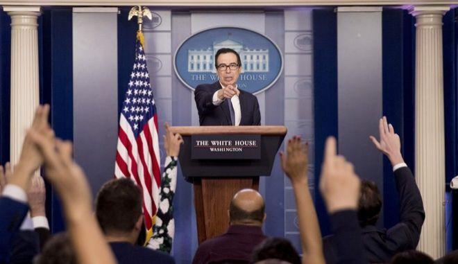 Ο υπουργός Οικονομικών των ΗΠΑ Στίβεν Μνούτσιν κατά τις δηλώσεις του στο Λευκό Οίκο