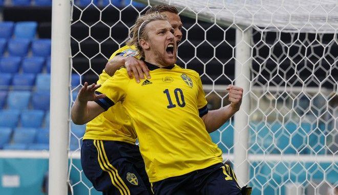 Ο Εμίλ Φόρσμπεργκ πανηγυρίζει το νικητήριο γκολ της Σουηδίας επί της Σλοβακίας για το Euro 2020