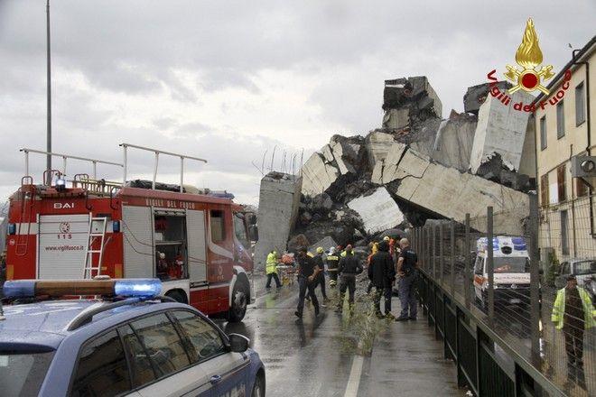 Η γέφυρα που κατέρρευσε στη Γένοβα. Μέχρι στιγμής 22 άνθρωποι έχουν χάσει τη ζωή τους.