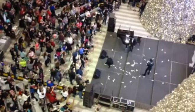 """Βίντεο: """"Έβρεξε"""" δολάρια σε εμπορικό κέντρο της Μινεσότα"""