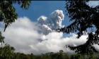 """Το ενεργό ηφαίστειο της Ινδονησίας Μεράπι """"ξέσπασε"""" δύο φορές την Κυριακή"""