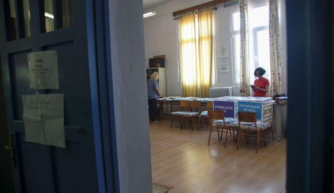 Στιγμιότυπο από εκλογικό κέντρο