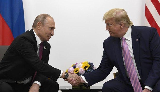 Ο Βλαντίμιρ Πούτιν και ο Ντόναλντ Τραμπ σε συνάντησή τους στην Οσάκα για την G-20 τον Ιούνιο του 2019