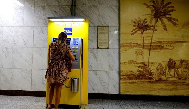 Γυναίκα χρησιμοποιεί ΑΤΜ της Τράπεζας Πειραιώς