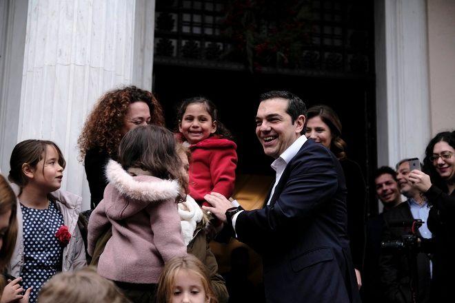 Κάλαντα στην είσοδο του Μαξίμου και χορός με παιδιά για τον Αλέξη Τσίπρα