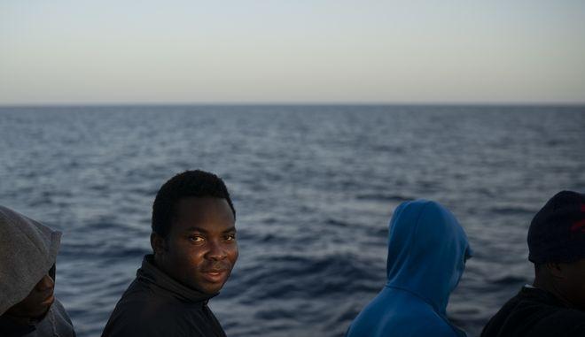 """Μετνάστες σε σκάφος της ισπανικής ΜΚΟ """"Proactiva Open Arms"""" που διασώθηκαν ανοικτά της Λιβύης"""
