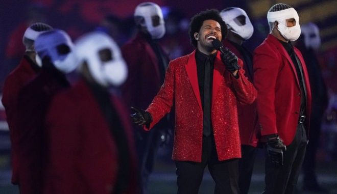 Ο Weeknd κατά την διάρκεια της performance του στο ημίχρονο του Super Bowl