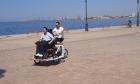 Το πρώτο ποδήλατο για άτομα με κινητικά προβλήματα πανελλαδικά έκανε σήμερα την «παρθενική» του βόλτα στο παραλιακό μέτωπο της Θεσσαλονίκης.