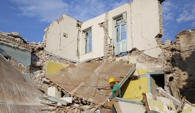 Κάτοικοι του χωριού Βρίσα προσπαθούν να μαζέψουν ό,τι μπορούν μέσα στα συντρίμμια των σπιτιών μετά τον σεισμό των 6,1 Ρίχτερ που έπληξε την περιοχή. Συνολικά 232 σεισμόπληκτοι της Βρίσας έχουν στεγαστεί σε ξενοδοχεία καθώς και στο γηροκομείο Πολιχνίτου. Σε σπίτια συγγενών διαμένουν 85 άτομα, ενώ όλοι οι υπόλοιποι κάτοικοι του χωριού επέλεξαν να μη ζητήσουν κατάλυμα. (EUROKINISSI/ΒΑΣΙΛΗΣ ΡΟΥΓΓΟΣ)