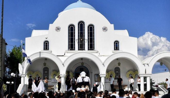 Κηδεία της 26χρονης Γαρυφαλλιάς που δολοφονήθηκε στη Φολέγανδρο