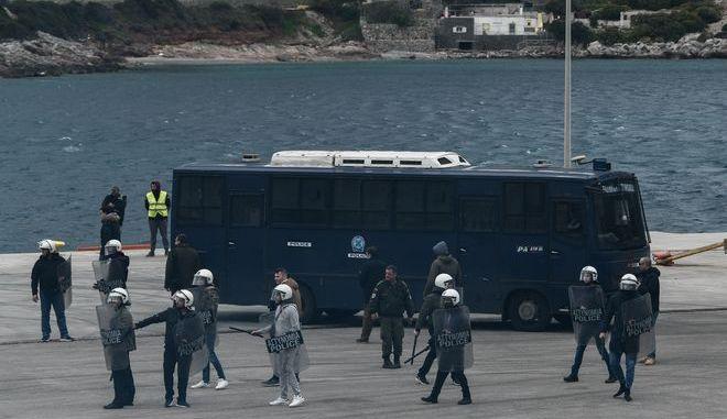 Επεισόδια στο λιμάνι των Μεστών στην Χίο μεταξύ κατοίκων του νησιού και αστυνομικών που περίμεναν να επιβιβαστούν στο καράβι της επιστροφής προς την Αθήνα