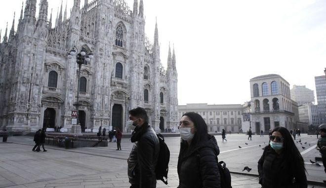 Περαστικοί με μάσκες στο Μιλάνο λόγω του κοροναϊού