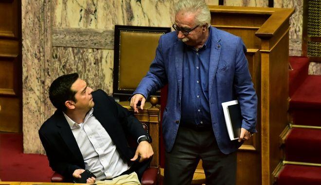 Ο πρόεδρος του ΣΥΡΙΖΑ Αλέξης Τσίπρας και ο πρώην υπουργός Παιδείας Κώστας Γαβρόγλου (Φωτογραφία αρχείου)