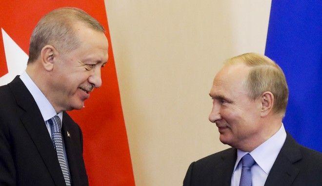 Οι πρόεδρος Τουρκίας και Ρωσίας Ρετζέπ Ταγίπ Ερντογάν και Βλαντίμιρ Πούτιν σε συνάντησή τους στο Σότσι τον Οκτώβριο του 2019
