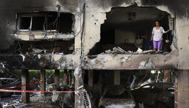 Οι Παλαιστίνιοι επιθεωρούν τα ερείπια του κατεστραμμένου σπιτιού τους αφού χτυπήθηκαν από ισραηλινές αεροπορικές επιδρομές στη βόρεια Λωρίδα της Γάζας