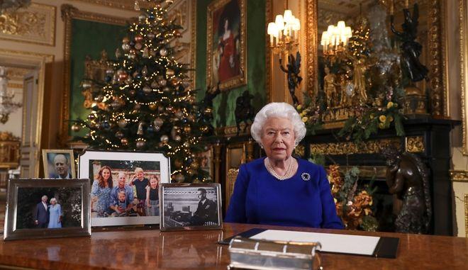Η βασίλισσα Ελισάβετ ενώ μαγνητοσκοπεί το χριστουγεννιάτικο μήνυμά της.