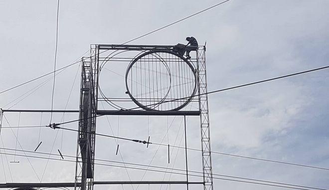 Άνδρας έχει ανέβει σε στύλο στην Ομόνοια