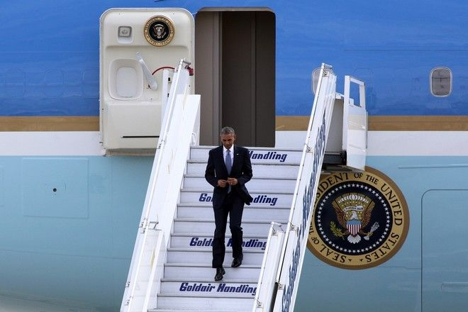 US President Barack Obama disembarks from Air Force One upon arrival at Athens International airport Eleftherios Venizelos, Athens, Greece on November 15, 2016. /        Air Force One         . , , 15  2016.