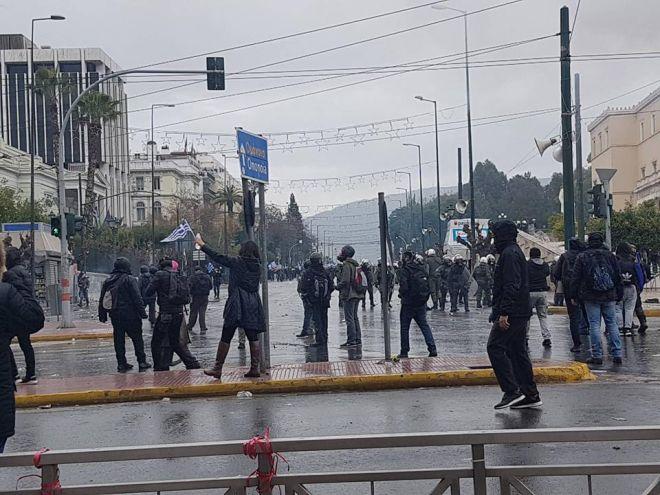 Συλλαλητήριο για το Μακεδονικό: Καρέ καρέ τα επεισόδια - Στα χέρια ΜΑΤ και διαδηλωτές