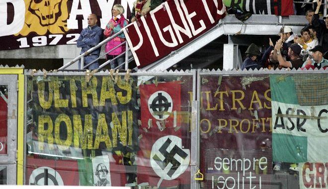 Καρέ από ποδοσφαιρικό αγώνα στην Ιταλία όπου ακροδεξιά συνθήματα και πανό με σβάστικες κυριαρχούν.