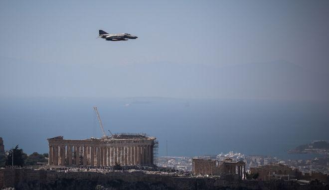 Πτήση μαχητικών αεροσκαφών και ελικοπτέρων πάνω από την Αθήνα