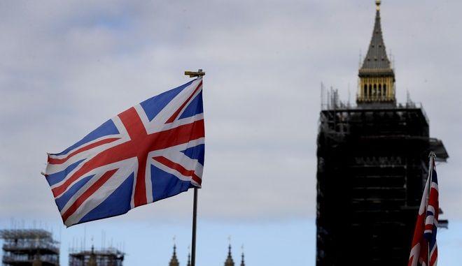 Η σημαία της Μεγάλης Βρετανίας κυματίζει με φόντο το Big Ben