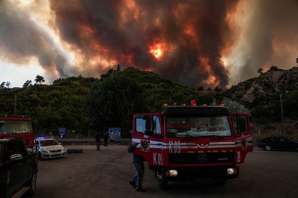 H αναζωπύρωση της πυρκαγιάς στην Βαρυμπόμπη, την Πέμπτη 5/8 το μεσημέρι.