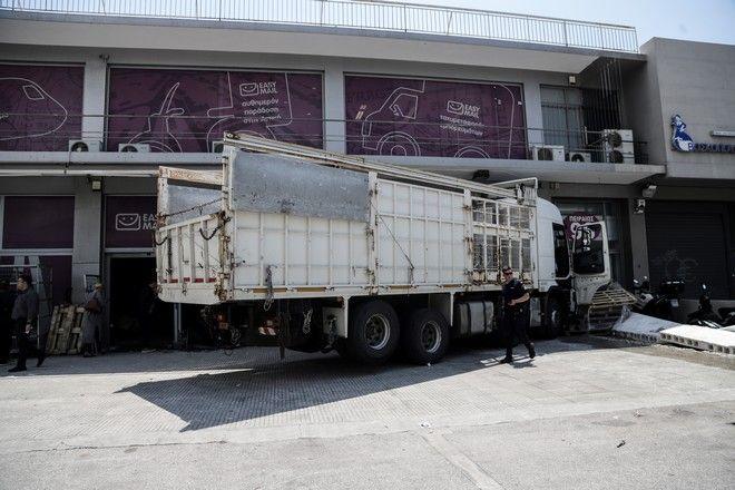 Εκτροπή φορτηγού και ''εισβολή'' σε κατάστημα στην οδό Πειραιώς
