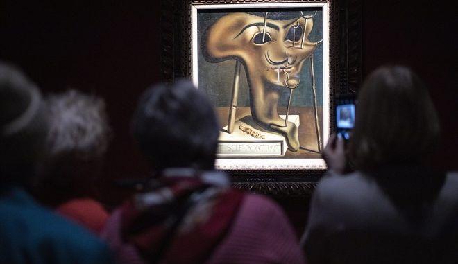 Επισκέπτες σε έκθεση με έργα του Νταλί.
