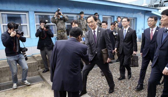 Ο υπουργός Ενοποίησης της Ν. Κορέας κατά την άφιξή του για διμερή συνάντηση στην Β. Κορέα, 29 Μαρτίου 2018