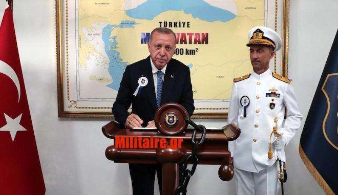 """Πρόκληση: Ο Ερντογάν μπροστά σε χάρτη """"ζητώντας"""" το μισό Αιγαίο"""
