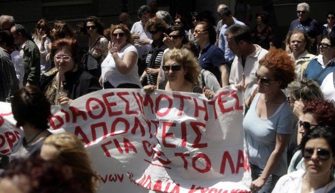 Απεργοί υπάλληλοι των ΑΕΙ και οι εργαζόμενοι στα δημόσια νοσοκομεία σε κοινή πορεία προς το υπουργείο Διοικητικής Μεταρρύθμισης, ενάντια στη διαθεσιμότητα, την Τετάρτη 14 Μαΐου 2014. (EUROKINSSI/ΓΕΩΡΓΙΑ ΠΑΝΑΓΟΠΟΥΛΟΥ)